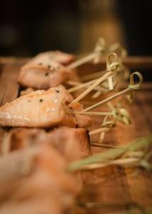Satay saumon laqué