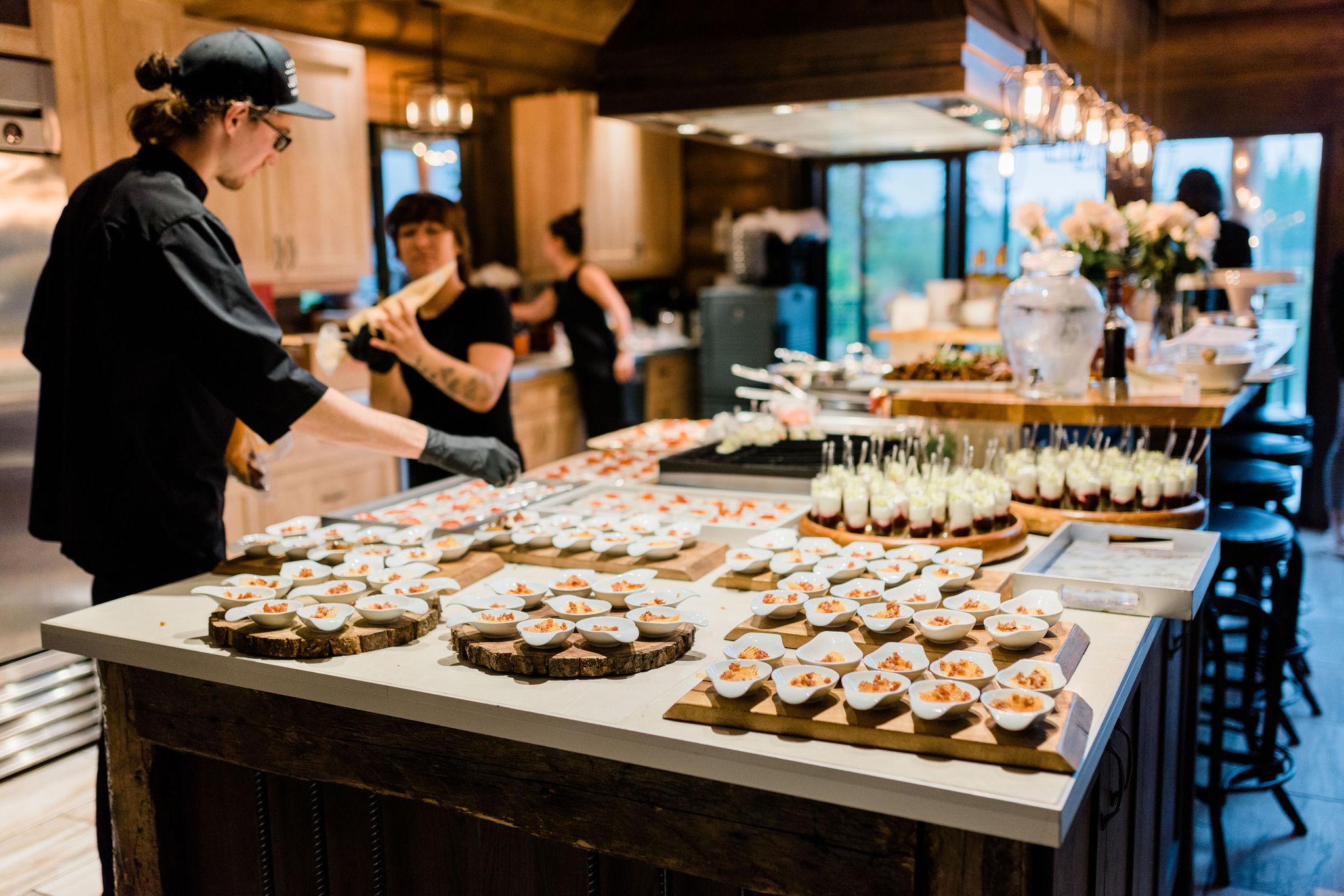 Les chefs à l'oeuvre dans la confection de bouchées